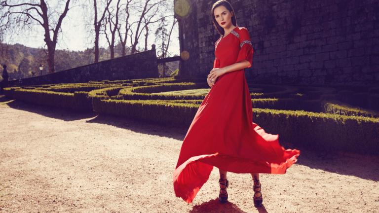foto de un vestido rojo con modelo